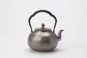 松竹梅文鉄瓶(砂鉄) 表