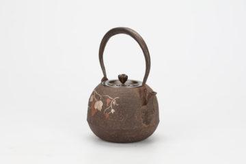 葡萄図象嵌人面口宝珠形鉄瓶