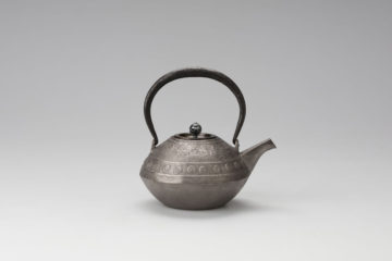 渦文達磨形鉄瓶(砂鉄) 表